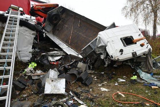 Ein schwerer Unfall zwischen zwei LKW und zwei PKW auf der B68 forderte am 19. November 2020 ein Todesopfer