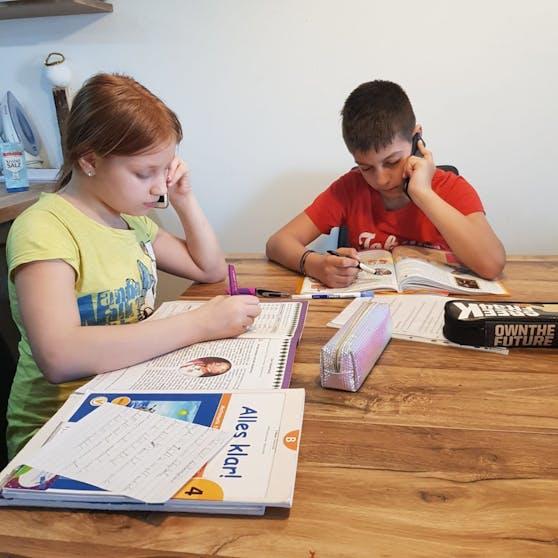Wegen dem Lockdown haben die Schulen auf Distance Learning umgestellt, in vielen Familien fehlen dafür allerdings Laptops.