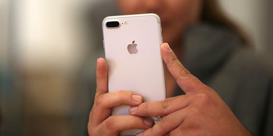 Im Streit um gedrosselte Batterien bei älteren iPhone-Modellen hat der Apple-Konzern weitere Geldbeträge zur Beilegung der Beschwerden zugesagt.