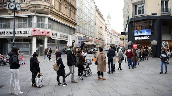 Menschenschlange vor einem Geschäft in der Kärntnerstraße