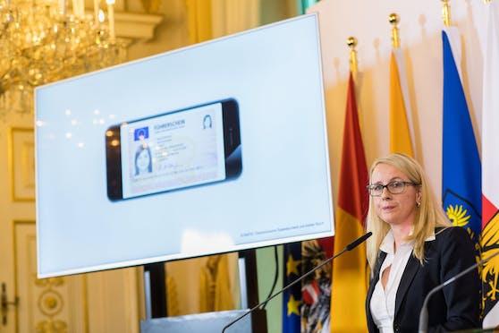 Wirtschaftsministerin Margarete Schramböck kündigte den digitalen Führerschein bereits 2018 an. Jetzt soll er kommen.