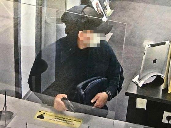 Mit einer Faustfeuerwaffe wurde ein Bankangestellter bedroht