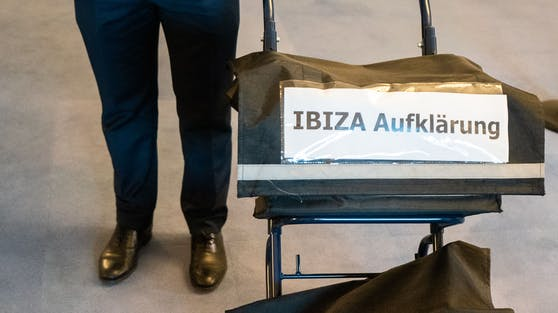 """Aktentaschen mit der Aufschrift """"Ibiza-Aufklärung"""" und """"Ein weiterer verlorener Tag?"""" am  30. September 2020 im Rahmen des Ibiza-U-Ausschusses"""