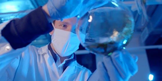 Chemiker Stefan Freunberger erfoscht gemeinsam mit seiner Gruppe die Grundlagen für neue, nachhaltigere Batterietechnologien.