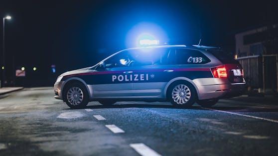 Ein Streifenwagen der Polizei mit eingeschaltetem Blaulicht