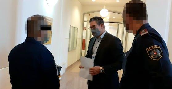Häftling mit Anwalt Florian Höllwarth