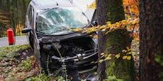 Mann fährt mit Mopedauto gegen Baum – tot