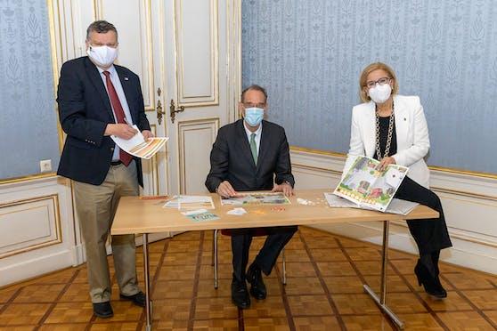 """IST Austria Präsident Tom Henzinger, Landeshauptfrau Johanna Mikl-Leitner und BM Heinz Faßmann spielen """"Virusalarm in Bleibhausen"""". Die Fotos wurden vor dem Lockdown aufgenommen."""