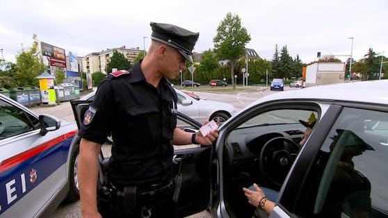 Bei einer Kontrolle zieht Revierinspektor Alexander einen verdächtigen Lenker aus dem Verkehr.