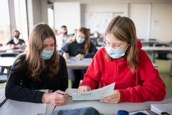 Schülerinnen mit Masken im Unterricht