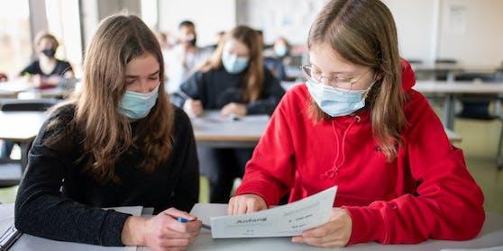 Am Montag Pflicht: Schülerinnen mit Masken im Unterricht