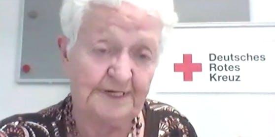 Die Seniorin will über das Internet Kontakt zu ihrer Familie halten.