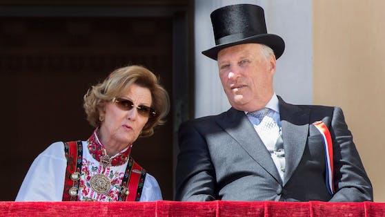 Nach Kontakt zu einer infizierten Person müssen sich Königin Sonja und König Harald von Norwegen in Quarantäne begeben.
