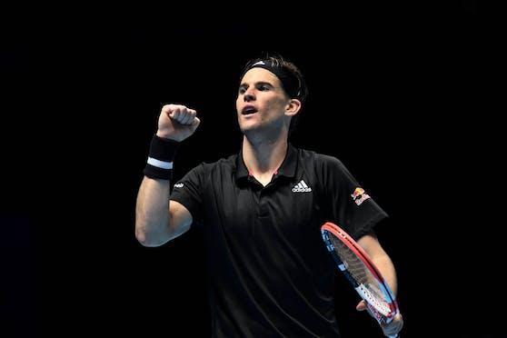 Dominic Thiem schlägt bei den ATP Finals gegen Novak Djokovic auf.