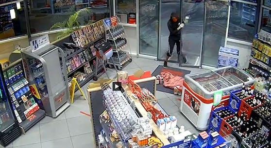 Das Video zeigt das jämmerliche Vorgehen des Einbrechers.