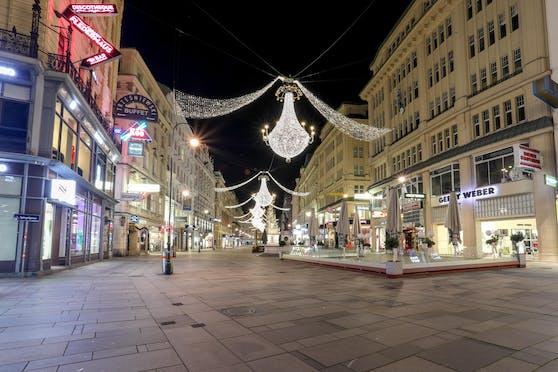 Der Graben in der Wiener City ist weihnachtlich geschmückt, aber verlassen.
