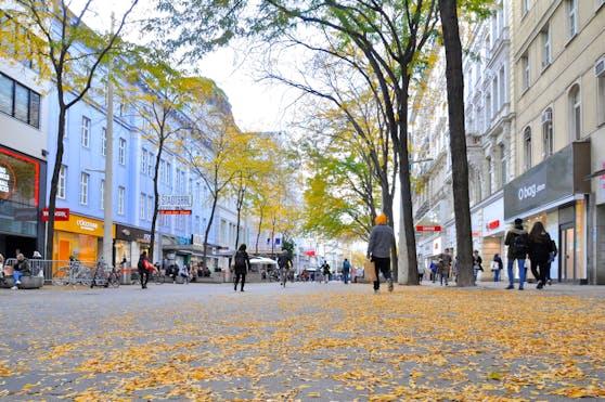 Die herbstliche Mariahilfer Straße in Wien.