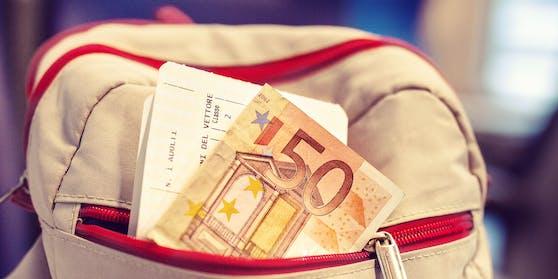 Ein 32-Jähriger fand in einem Park einen Rucksack voller Geld, Gold und Silber