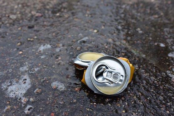 Nach der Spuck-Attacke kam's zur Wurf-Attacke mit einer Getränkedose. Zwei Männer werden jetzt gesucht. (Symbolfoto).