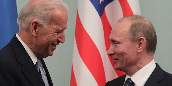 Joe Biden und Wladimir Putin (rechts) während eines Treffens 2011 in Moskau