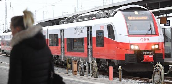 Ein ÖBB Cityjet hält in einem Bahnhof. Symbolbild