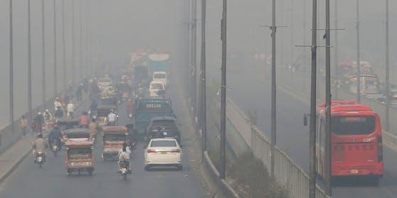 Smog in Pakistan. Örtlich sind laut Messungen die Emissionen 2020 sogar gestiegen.