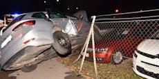 Auto kracht in Zaun – drei Personen verletzt