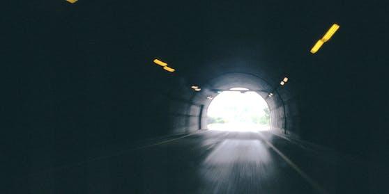 """""""Mit den jüngsten positiven Angaben aus den Impftestreihen wird das Licht am Ende dieses langen, dunklen Tunnels heller"""", sagte WHO-Chef Tedros."""