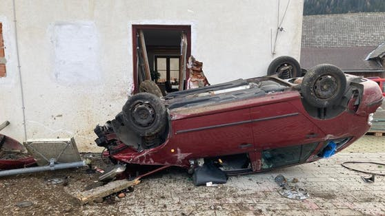 Zwölf Meter stürzte der Wagen im freien Fall in die Tiefe ehe er gegen ein Haus knallte