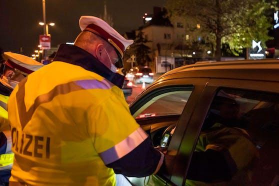 Vor so einer Verkehrskontrolle der Polizei flüchtete der 25-Jährige. (Symbolbild)
