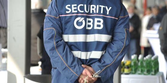 Ein Security-Mitarbeiter ist von einem Masken-Rebell angegriffen worden.
