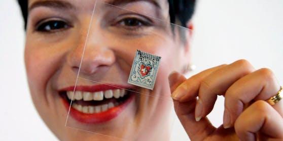 """Auktionsleiterin Marianne Rapp-Ohmann mit der """"Rayon I hellblau mit vollständiger Kreuzeinfassung"""""""