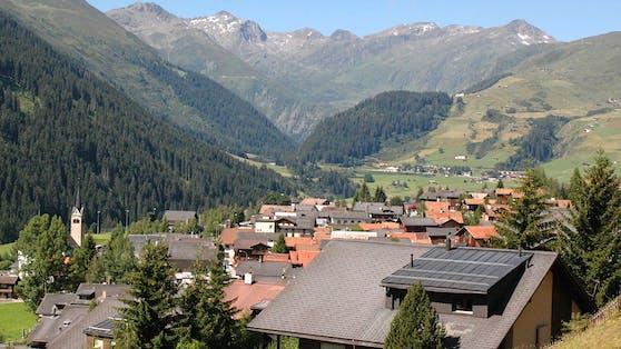 Die Schweizer Gemeinde Sedrun im Sommer