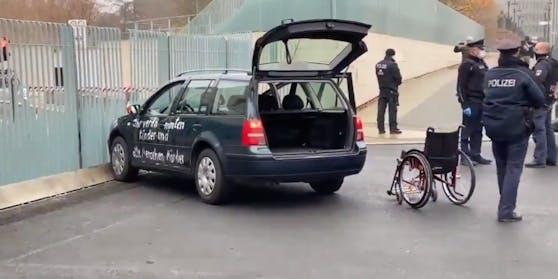 Auto rast in Tor des Bundeskanzleramtes in Berlin