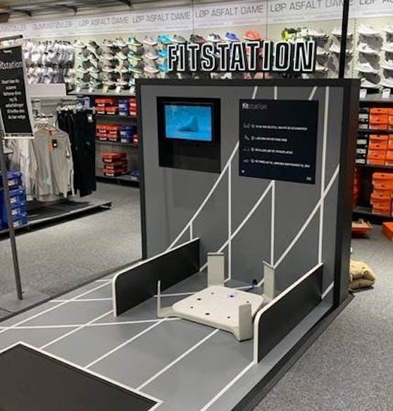 Auf der Fitstation werden in den XXL Sports Filialen bald 3D-Fußscans von Kunden vorgenommen.