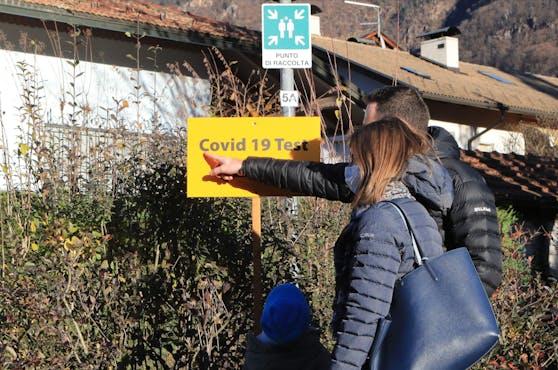 Ein Mann und seine Familie warten in der Teststraße der Massentests in Auer, Südtirol am 20. November 2020