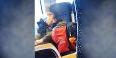 Öffi-Fahrgast verwendet Mundschutz als Schlafmaske