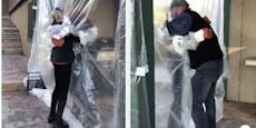 Emotional: Familie umarmt sich durch Plastik-Vorhang