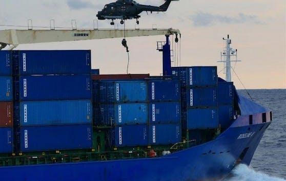 """Deutsche Bundeswehrsoldaten kontrollierten den türkischen Frachter """"Roseline A"""", bis Ankara intervenierte."""