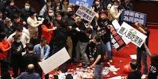 Prügelorgie & Schweinedarm-Schlacht im Parlament