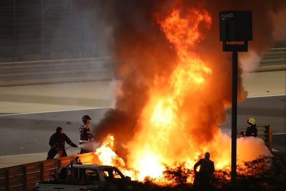 Romain Grosjean steigt aus dem brennenden Haas.