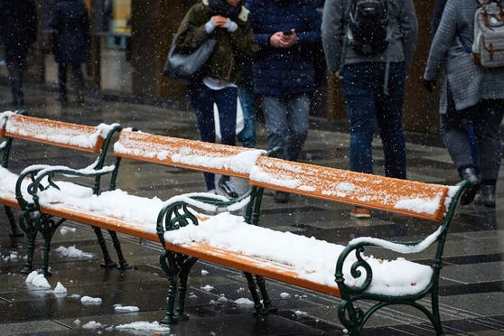 Touristen in der verschneiten Innenstadt. Archivbild