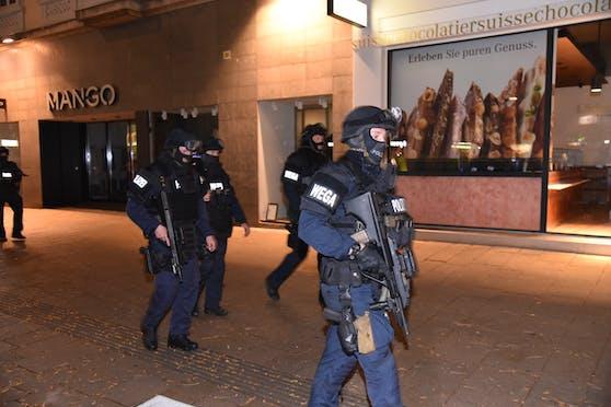 Schwer bewaffnete Polizisten im Einsatz nach dem Terroranschlag in Wien