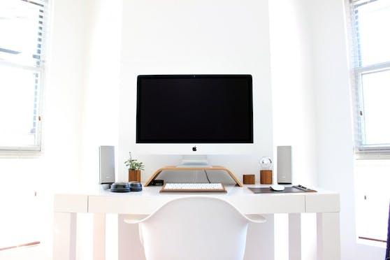 Ein fest installierter Computer bietet viele Vorteile, braucht aber auch Platz. Zur Ausstattung gehören dann Computer, Bildschirm, Tastatur und Maus. Ein Laptop ist die weniger platzaufwändige Option, die gut geeignet ist fürs Jugendzimmer. Tablets müssen zumindest eine Tastatur haben, um ihren Zweck zu erfüllen.