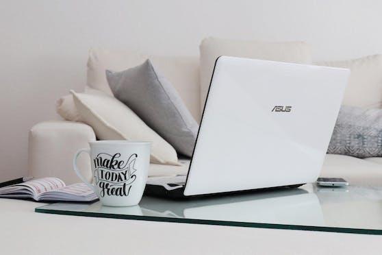 Sicherlich wirkt es sehr entspannt, im Sofa-Outfit eben dort im Home-Office zu sitzen. Allerdings ist das für den Rücken Gift und auch Konzentration und Motivation sind dort besser, wo mehr Arbeitsatmosphäre herrscht.