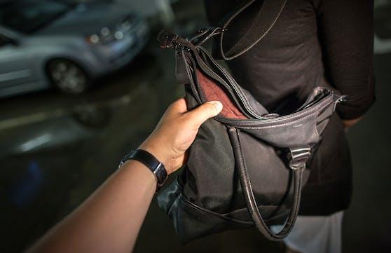 Ein Taschendieb versuchte auf brutale Weise, eine 75-Jährige zu berauben (Symbolbild)