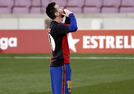 Messi gedenkt im Trikot der Newell's Old Boys Maradona.