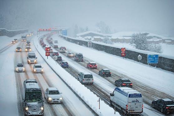 Schnee auf der Autobahn bei Salzburg (Archivfoto). Die Schneefallgrenze sinkt auf 800 m.