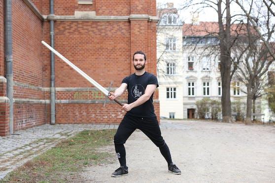 Joachim Pollatschek (23) beim Training im Park bei der Gersthofer Kirche in Währing.