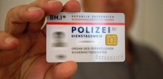 So sieht ein echter Dienstausweis der Polizei aus.